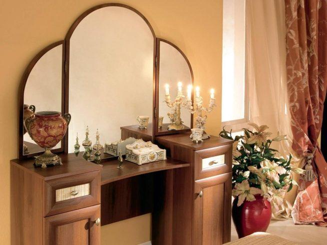 Зеркало-трельяж на туалетном столике классического дизайна