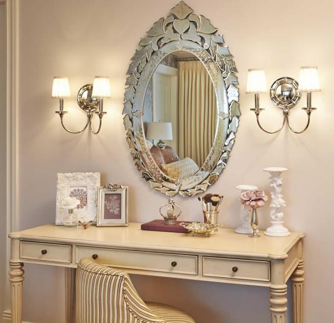 Красивое зеркало над туалетным столиком