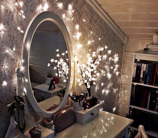 Эффектное круглое зеркало с подсветкой для туалетного столика