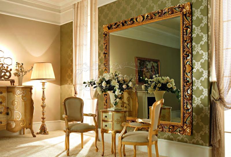 Комната в классическом стиле с большим зеркалом