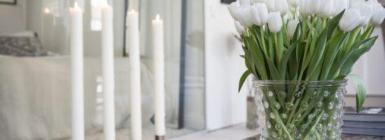 Белые тюльпаны в прозрачной вазе