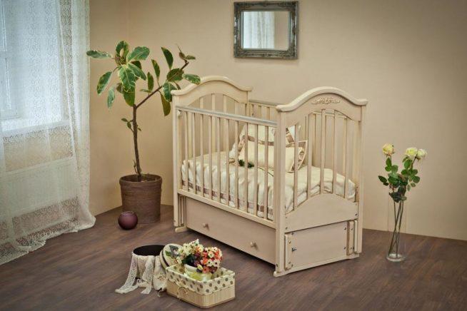 Деревянная кроватка для младенца