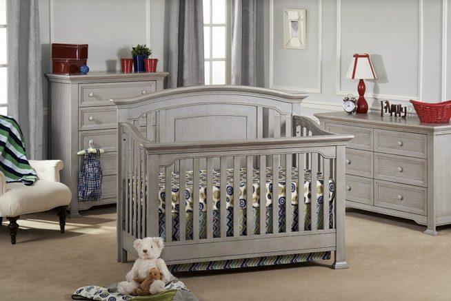 Кроватка и детская мебель в единой цветовой гамме