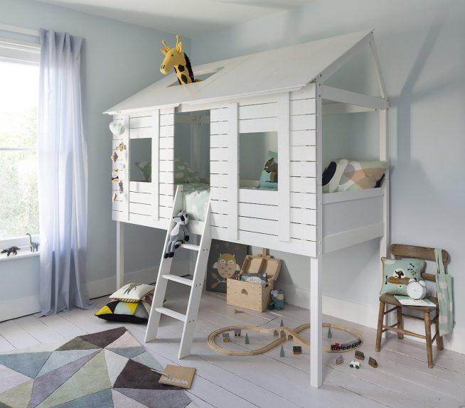 Эффектная детская кроватка в форме домика