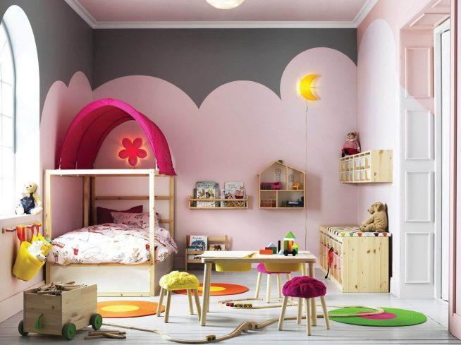 Стильная кровать с крышей в комнате девочки