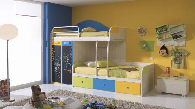 Яркая и практичная двухэтажная кровать для двух детей