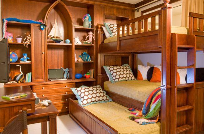 Стильная компактная спальня для трёх мальчиков