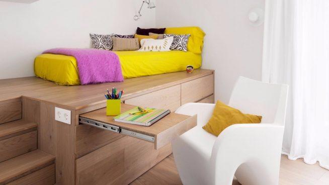 Кровать на подиуме с выдвижным столиком