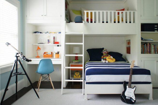 Кровать в комнате подростка с чердаком