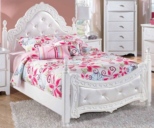 Кровать в комнате девочки