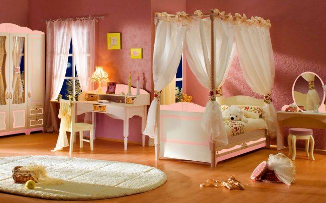 Кровать под балдахином в комнате девочки