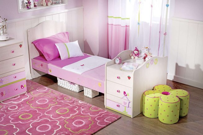 Кровать с цветочными мотивами в комнате девочки