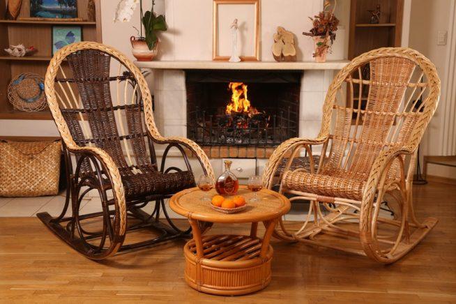 Два плетёных кресла у камина