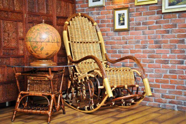 Удобное кресло-качалка из ротанга