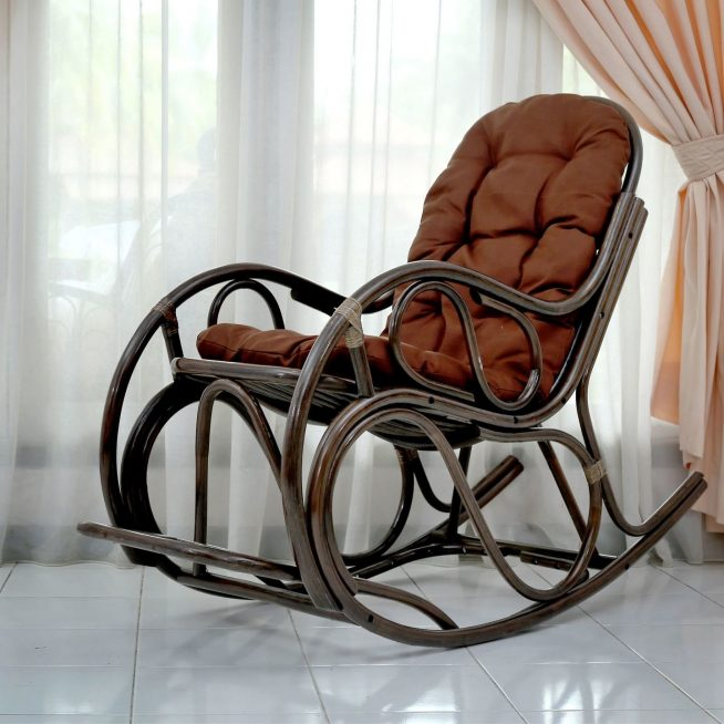 Удобное плетёное кресло с мягкой подушкой