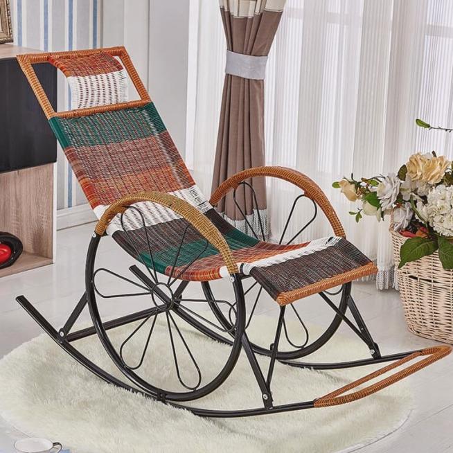 Плетёное кресло из искусственного ротанга на металлическом каркасе