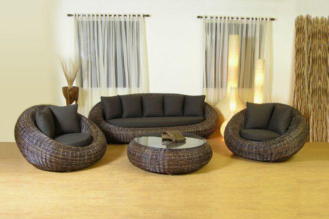 Плетёный мебельный комплект в интерьере гостиной