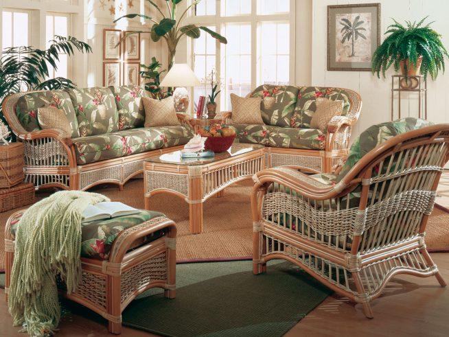 Интерьер гостиной с плетёной мебелью и экзотическими растениями