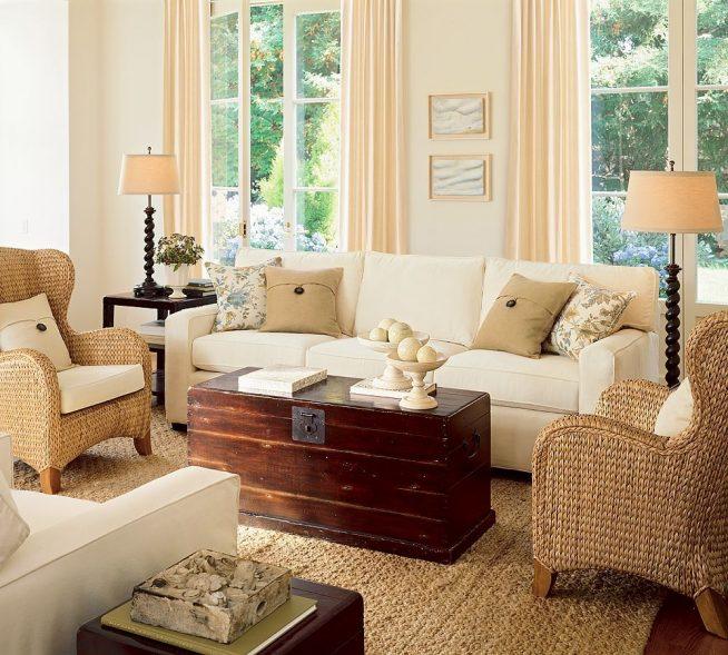 Плетёная мебель в гостиную с антикварным сундуком