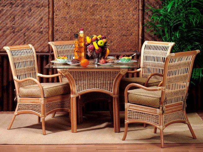 Красивый мебельный комплект из ротанга в гостиной тропического дизайна