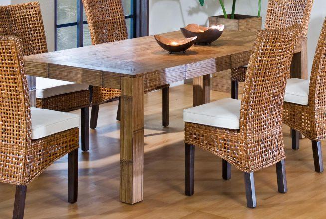 Красивые плетёные стулья вокруг простого деревянного стола