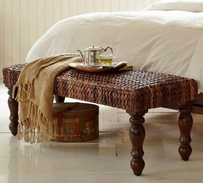 Плетёная банкетка в спальне