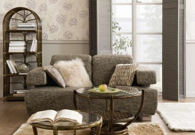 Плетёные столики и этажерка у мягкого дивана