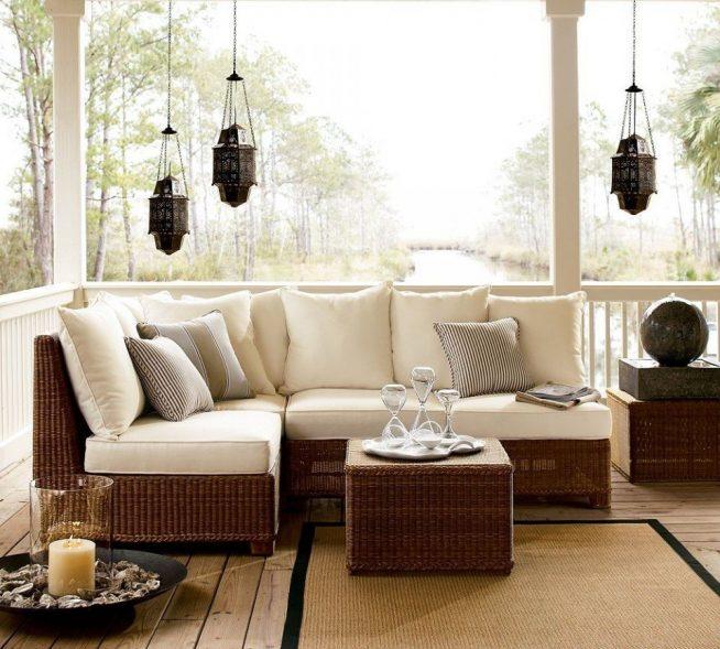 Плетёный столик и мягкий диван на плетёном основании