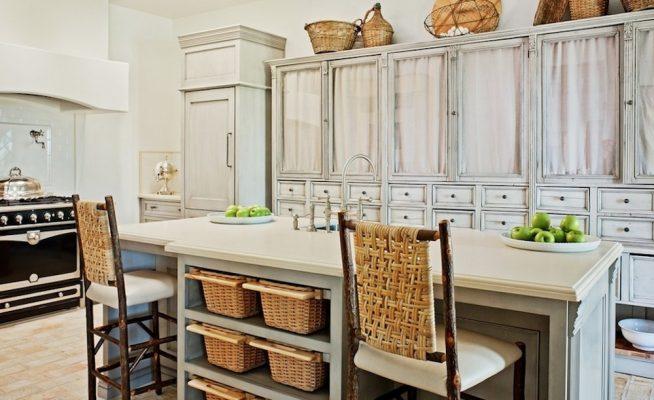 Плетёные барные стулья и ящики на кухне стиля прованс