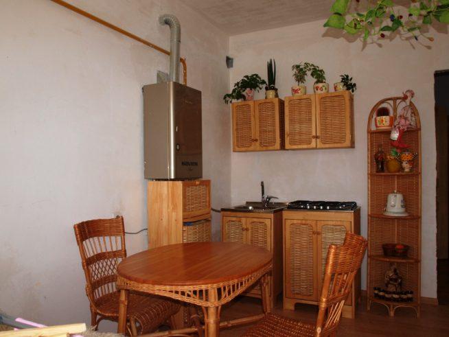 Плетёный мебельный комплект на традиционной кухне