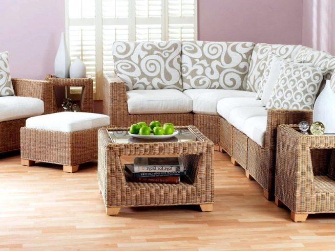 Плетёный мебельный гарнитур с журнальным столиком и пуфиками
