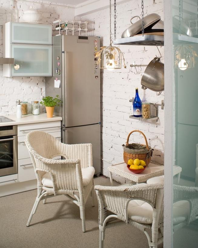 Плетёные кресла на кухне в стиле лофт
