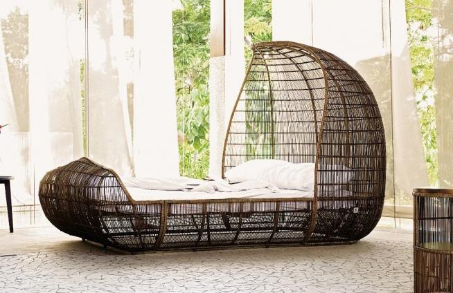 Необычная кровать авторского исполнения в современном интерьере