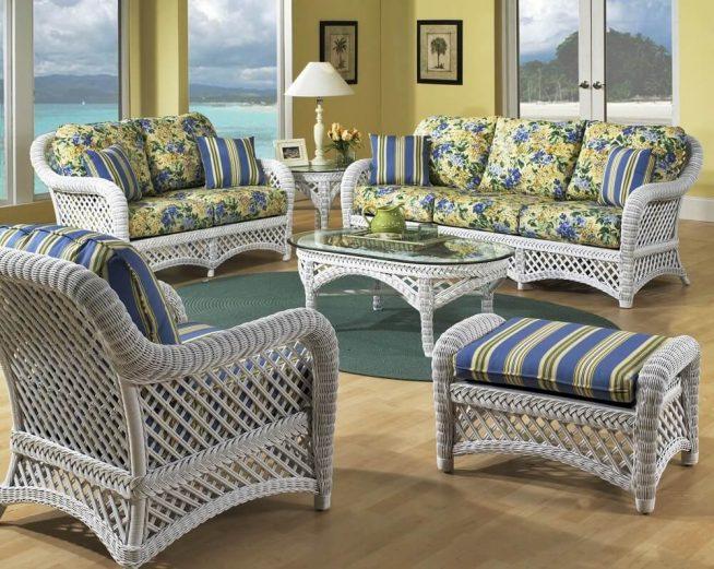 Гостиная с изящной плетёной мебелью в средиземноморском стиле