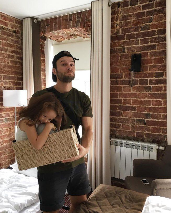 Макс Корж с дочкой в квартире