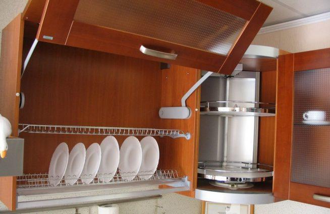 Сушилка для посуды и карусель в угловом шкафу