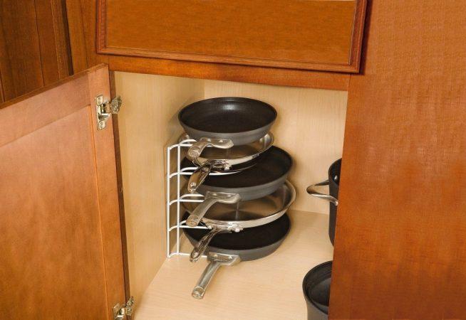Хранение сковородок в специальном органайзере