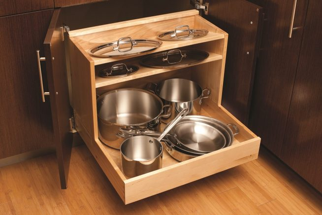 Хранение на кухне в выдвижных конструкциях
