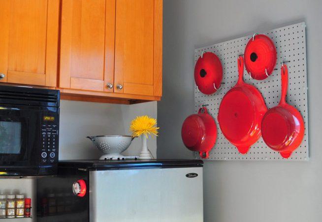 Хранение на кухне сковородок