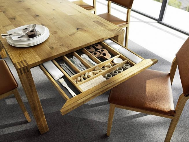 Ящик в столе для столовых приборов