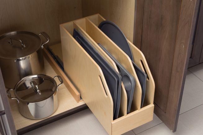Хранение на кухне противней
