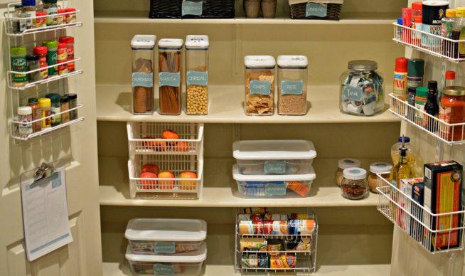 Подписанные контейнеры с продуктами в кладовке