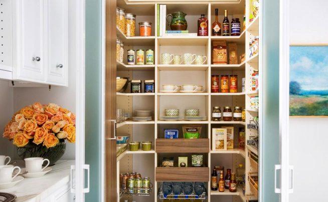 Кладовка на кухне с дверцами