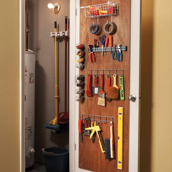 Инструменты на двери кладовки