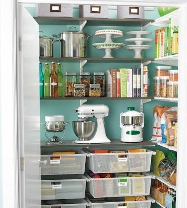 Хранение кухонной техники и посуды в кладовке