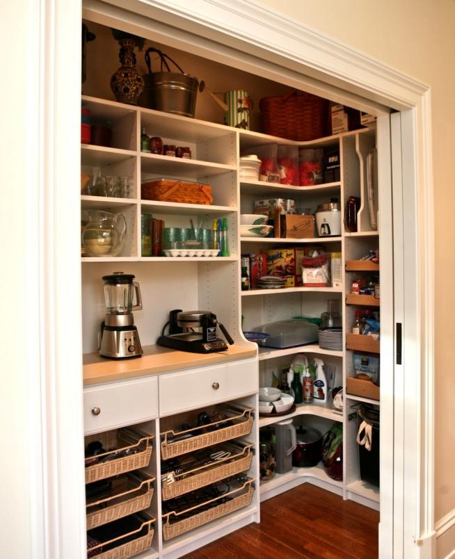 Кухонная техника в маленькой кладовке