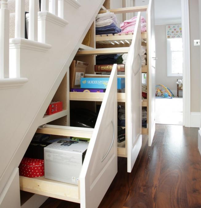 Модульная кладовка под лестницей