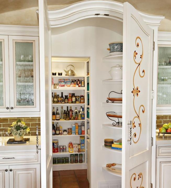 Дверь в кладовую классического дизайна