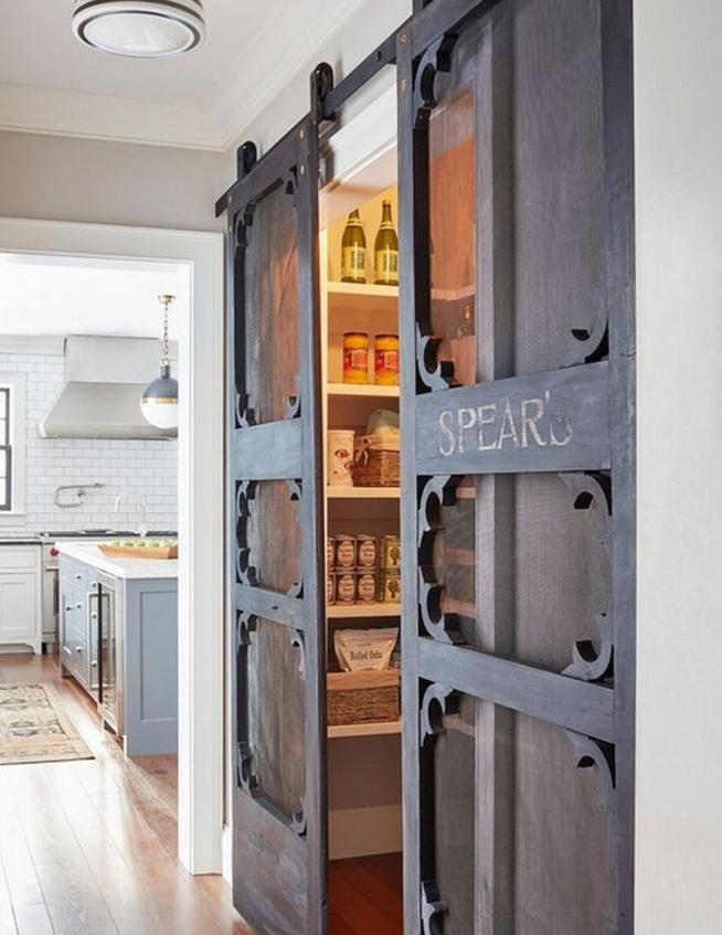 Интерьер и дверь в кладовку стиля лофт