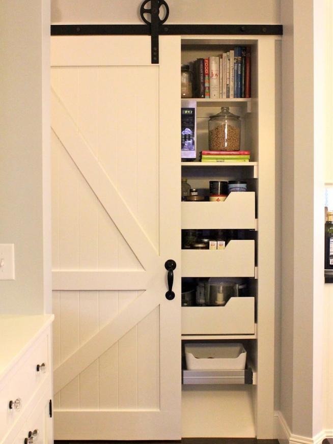Дверь на роликах в кладовку